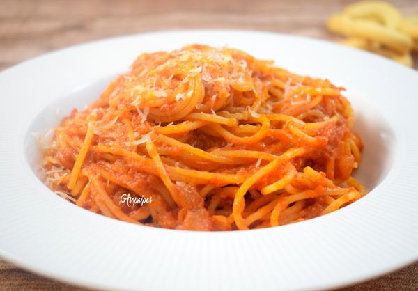 Espaguetis con Salsa de Tomate y Paté. Vídeo Receta