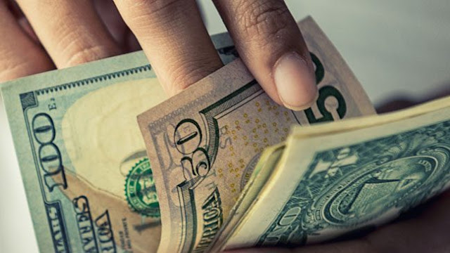 Dólar opera a la baja