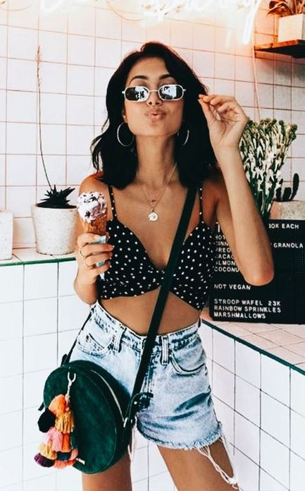 cool sumer outfit idea with a pair of denim shorts / polka dots top and bag