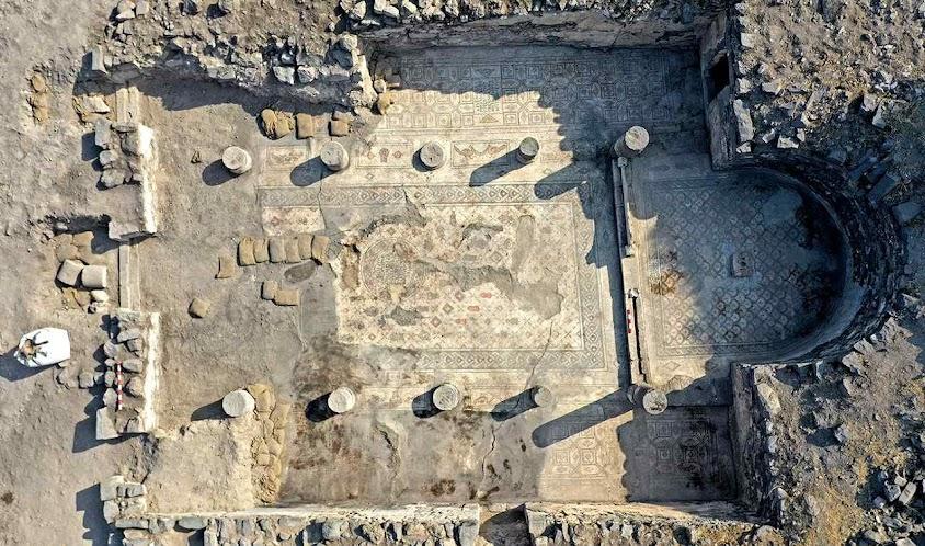 Fundamentos da 'igreja queimada' cujos mosaicos falam dos milagres das multiplicaç€oes dos pães e peixes