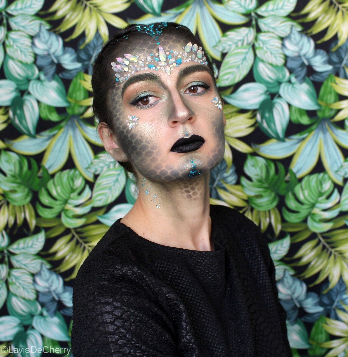 maquillage-halloween-strass-paillettes-feminin-reptile-écailles