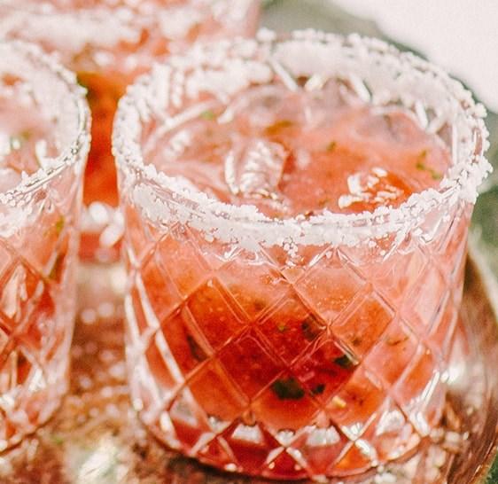 STRAWBERRY BASIL MARGARITA SUMMER COCKTAIL #drinks #summer