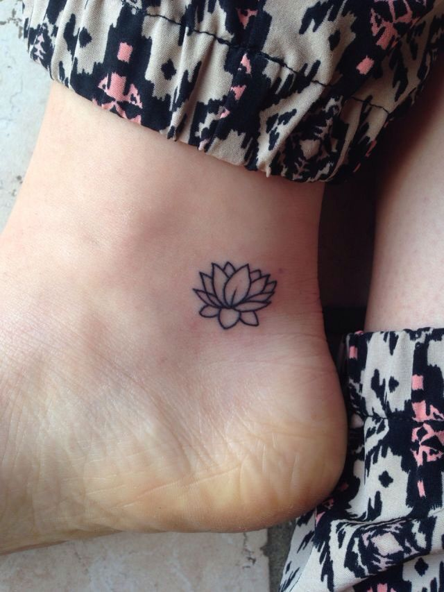 chica con tatuaje de flor de loto