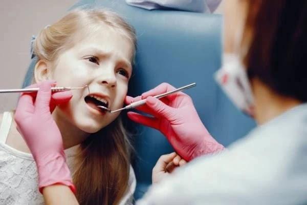 ماذا تفعل مع وجع الاسنان عند الاطفال؟ + علاج عشبي سريع في المنزل.