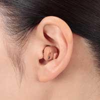 補聴器を装着してトレーニングしている女性