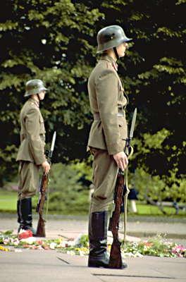 1993-1994 годы. Рига. Почетный караул возле монумента Свободы