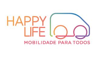"""À esquerda, em letras maiúsculas, dégradée de laranja claro para laranja escuro estão as palavras """"HAPPY LIFE"""", uma embaixo da outra, alinhadas pela direita. À direita, em desenho estilizado, mostrando só o contorno da carroceria e dois círculos representando os pneus, uma linha contínua forma a figura de uma van com a frente para a direita. A linha é em dégradée de várias cores: verde, azul, lilás, rosa e laranja. Embaixo, em letras maiúsculas rosas, com alinhamento entre o L de Life e a frente da van, está escrito """"MOBILIDADE PARA TODOS"""". Fim da descrição."""