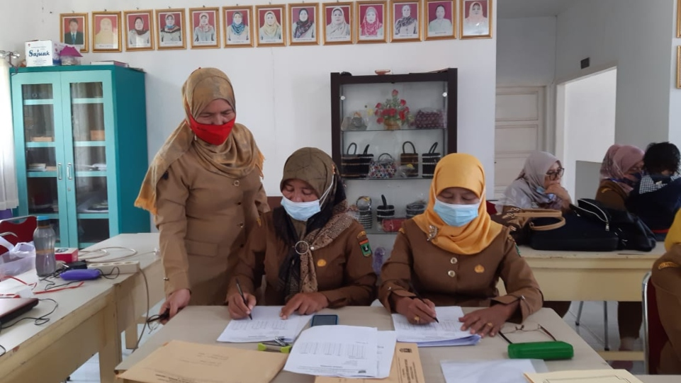 Guru SLB Negeri 1 Padang saat memeriksa Ujian Akhir Satuan Pendidikan para siswa. (Dok. Istimewa)