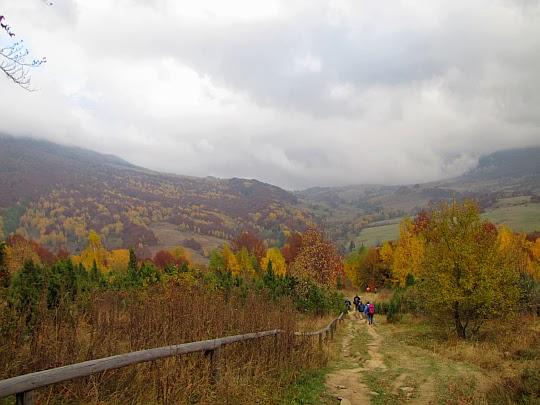 Przed nami otwiera się dolina rozdzielająca Połoninę Caryńską od granicznego masywu Wielkiej Rawki.