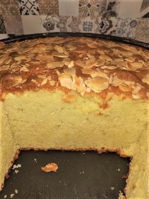 Φανταστικό αφράτο κέικ με γεύση τσουρέκι