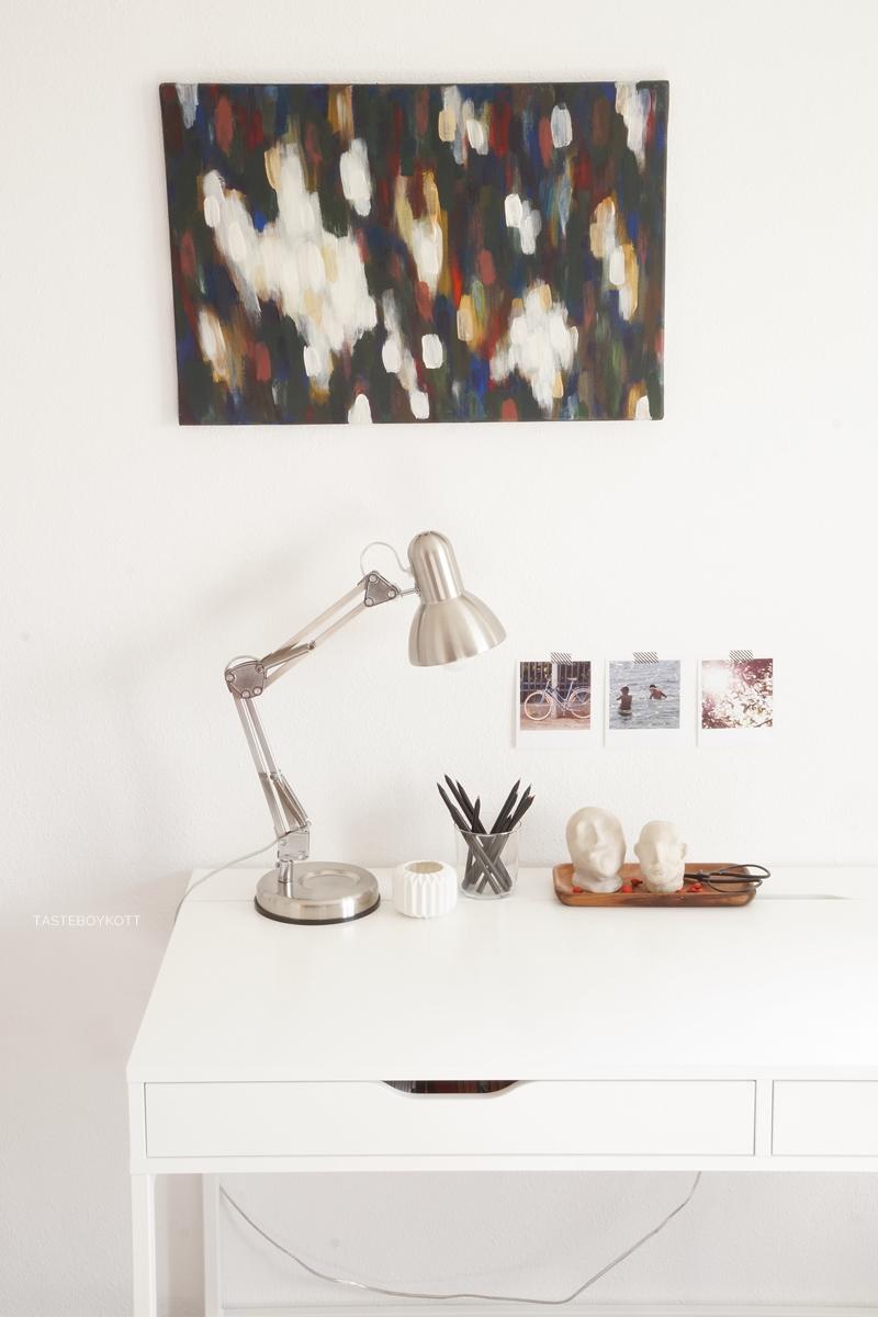 Schreibtisch Ikea Alex weiss dekoriert herbstlich mit bunter abstrakter Kunst auf Leinwand, Leuchte, Holztablett, Fotos, preiswerter Deko im modernen skandinavischen Stil
