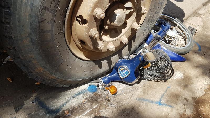 Gia Lai: Xe tải kéo lê xe máy hàng chục mét, nạn nhân chết thảm dưới bánh xe tải