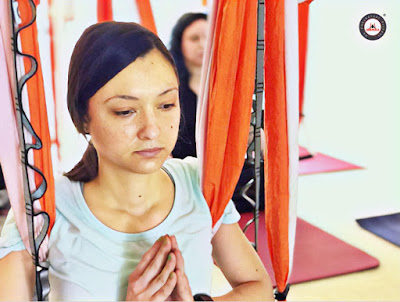 yoga aéreo, aerial yoga, air yoga, fly yoga, yoga resturativo, yoga terapeutico, fisioterapia, ayurveda, formación yoga aéreo, clase yoga aéreo, curso yoga aéreo, cursos aeroyoga