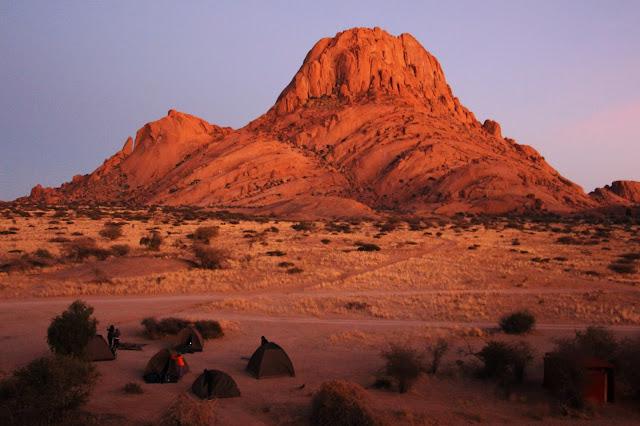 Visitar SPITZKOPPE, as montanhas laranjas que são a dança de continentes | Namíbia