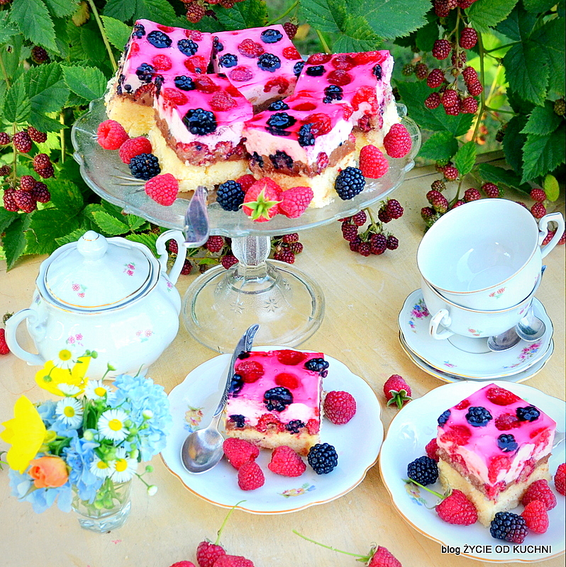 ciasto z galaretka, maliny, jerzyny,