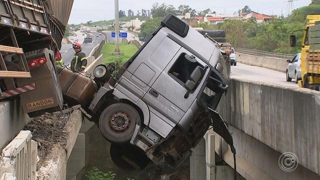 Caminhão fica pendurado em viaduto na rodovia Raposo Tavares, caminhão, caminhoneiro, pendurado, viaduto, flogão, elite, flogao,