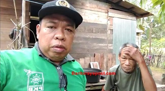 Rasa Haru Terlihat Jelas Dari Wajah Dayat Saat Anggota DPRD Bartim Dari PKB Serahkan Bantuan Sembako