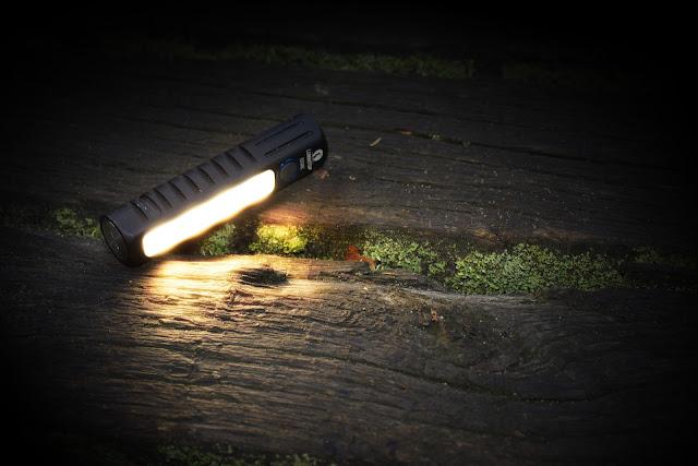 Lumintop EDC05C z włączonym bocznym światłem