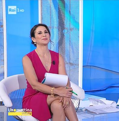 barbara Capponi vestito bordeaux gambe bella conduttrice Unomattina Estate 26 luglio