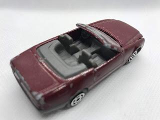 メルセデスベンツ 500SL のおんぼろミニカーを斜め後ろから撮影