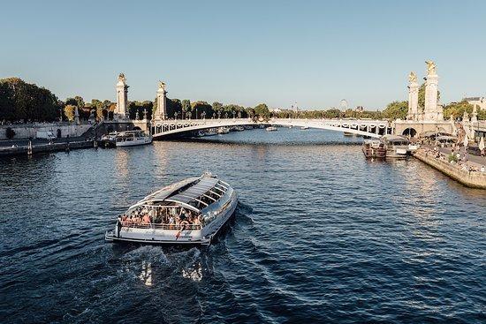 París planea abrir un cine sobre el río para que la gente vea películas en botes
