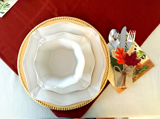 thanksgiving table setting decor ideas red leaves fall dinner