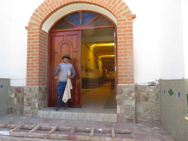 in Esmoraca wurde heute die von der Sonne gebleichte Kirchentüre neu gelackt