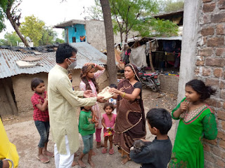जरूरमंद परिवारों में भोजन भी पहुँचा रहा सेवा भारती