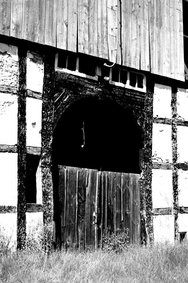 Blog + Fotografie by it's me! | fim.works | SchwarzWeissBlick No 16 | verlassenes Gehöft | Lost Place | kaputtes Scheunentor