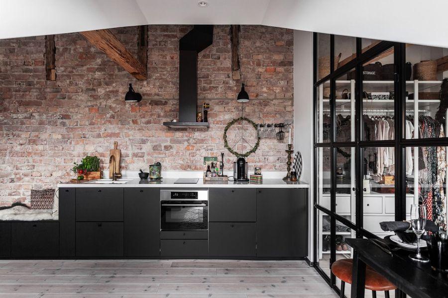 Mieszkanie na poddaszu w loftowym klimacie, wystrój wnętrz, wnętrza, urządzanie domu, dekoracje wnętrz, aranżacja wnętrz, inspiracje wnętrz,interior design , dom i wnętrze, aranżacja mieszkania, modne wnętrza, loft, styl industrialny, czerń i biel, black and white, salon, living room, kuchnia, kitchen,