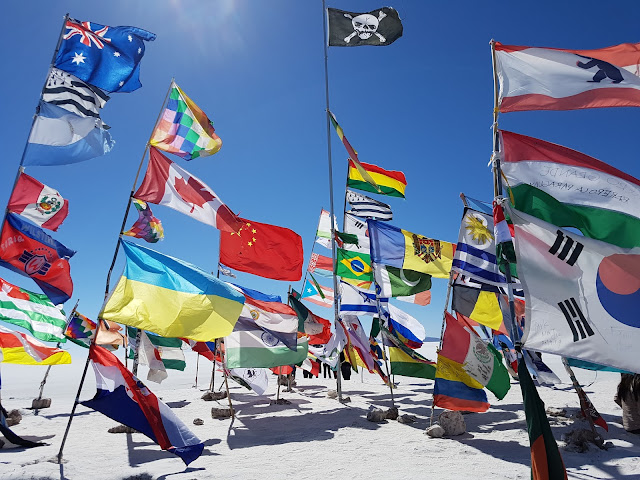 Bandeiras no Salar de Uyuni - Bolívia