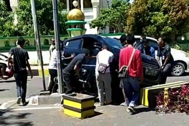 Belajar Mengemudi, Mobil Lindas Motor Depan Samsat Watampone