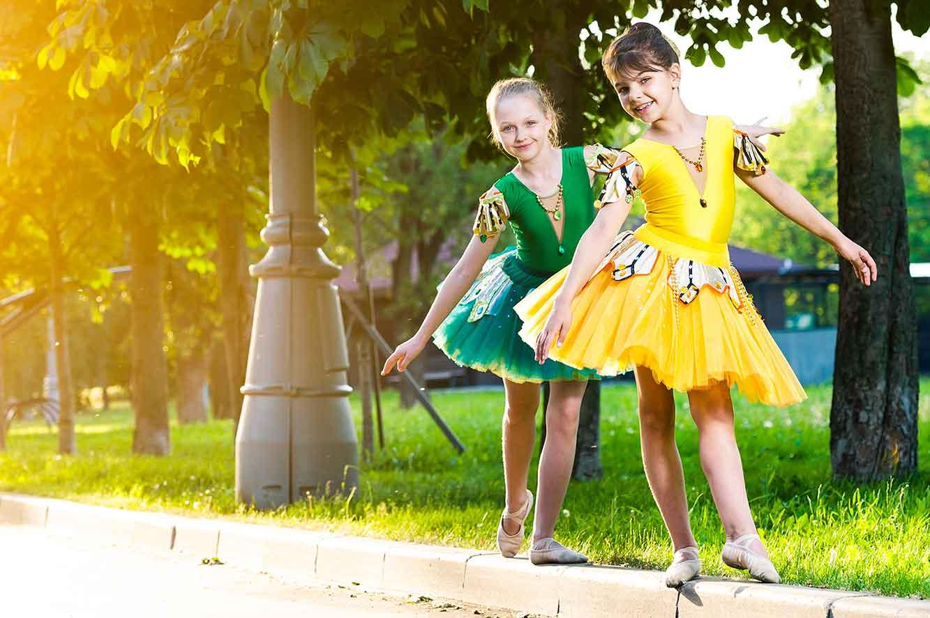 девочки в танцевальных костюмах