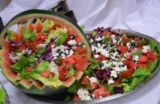 Réalisation d'un panier de pastèque pour salade à base d'oignons rouges , féta , olives noires