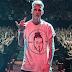 """Machine Gun Kelly aparece usando camisa com arte da faixa diss """"KILLSHOT"""" do Eminem em show"""
