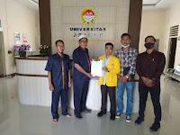 Warek III UNA Serahkan SK Plt Presiden Mahasiswa ke Wapres Dedek