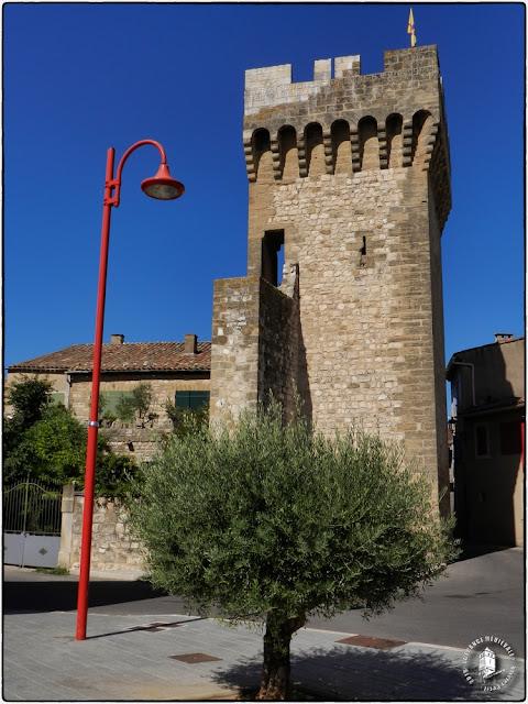 PERTUIS (84) - Remparts et tours médiévaux