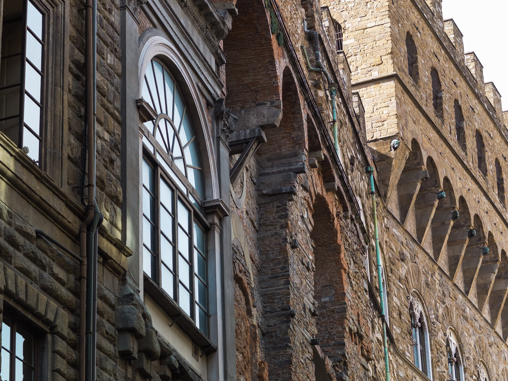 Details of the building exterior on Via dei Gondi in Florence.