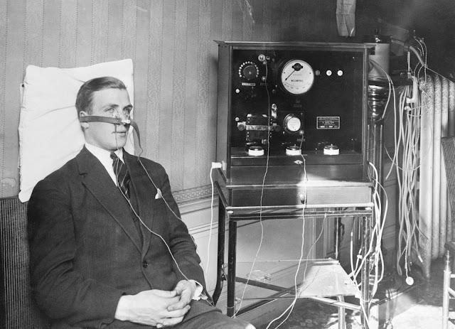 Fransa'nın Lyon Üniversitesi'nden Profesör Bordier, bu makinenin soğuk algınlığını dakikalar içinde iyileştirebileceğini iddia etti. 1928 dolaylarında çekilen bu fotoğraf, kendi makinesini gösterirken gösteriyor.