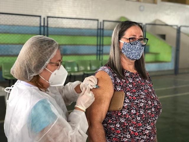 Idosos de 60 a 64 anos começam a ser vacinados contra a covid-19 em Santa Quitéria; confira datas e locais