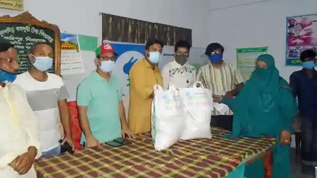 ননএমপিও শিক্ষকদের ঈদ উপহার দিলো শুভ সংঘ কাজিপুর শাখা