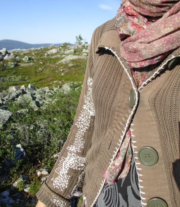 Yksityiskohta ikuisesta neuletakista kuvattuna Särkitunturin huipulla Muoniossa