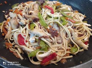 Wok de Udon con pollo, verduras y setas