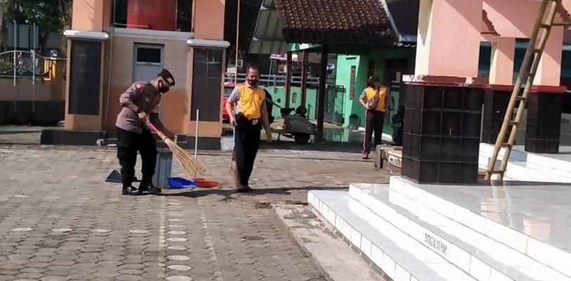 Jelang Ramadhan, Polsek Kalimanah Kerja Bakti Bersihkan Masjid