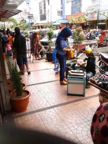 PKL berjualan di Jalan Dalem Kaum, kawasan yang bersebelahan dengan Jalan Kepatihan
