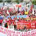 Integrantes de centrais sindicais realizam ato do Dia do Trabalhador no Centro do Recife
