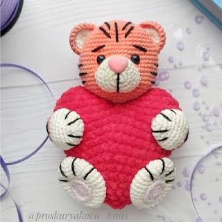 Тигр-валентинка амигуруми