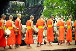 Cerimonia della donazione delle elemosina a Luang Prabang