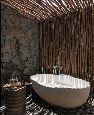 kamar mandi luar modern dari kayu