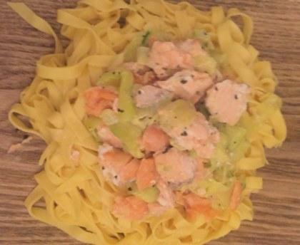 Fresh tagliatelle with two salmon and zucchini